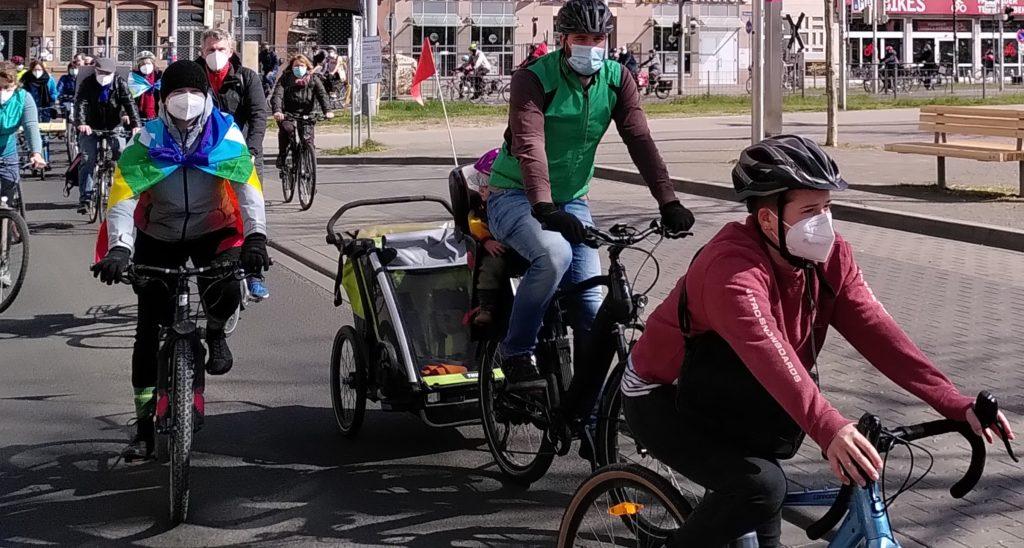 Ostermarsch-Teilnehmer*innen auf dem Fahrrad  in Mannheim