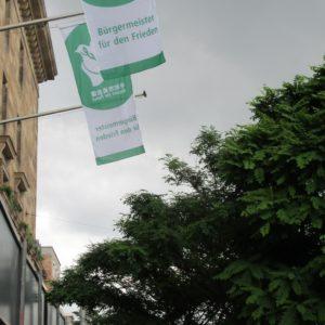 Die Flagge der Mayors for Peace (Bürgermeister für den Frieden) weht am 8. Juli am Rathaus Mannheim