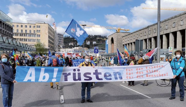 """Banner mit dem Text """"Ab!rüsten für den Frieden, für das Klima, für die Menschen"""" beim Ostermarsch 2021 in Stuttgart"""