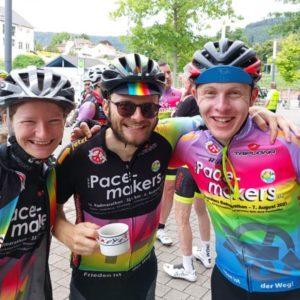 Drei junge RennradfahrerInnen freuen sich, dass sich über den Pacemakers-Radmarathon
